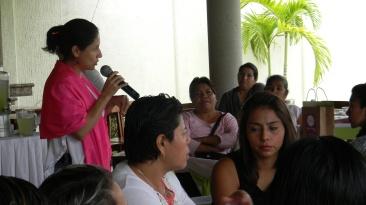 Fabiola Erreguin hablando sobre políticas públicas con enfoque de género