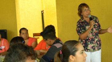 Beatriz Cavazos, Directora de Modemmujer, dando la bienvenida al encuentro y explicando los objetivos del mismo