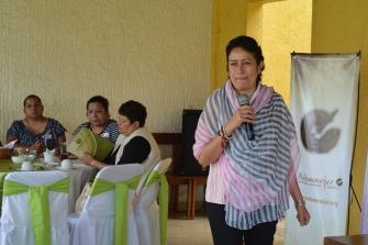 Conferencista Lucía Rosas hablando sobre lenguaje incluyente
