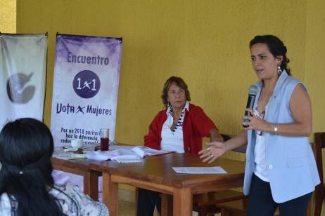 Conferencista Ariadna Urbina hablando sobre paridad política